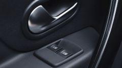 Dacia Sandero 1.0 SCe 75 CV: i comandi degli alzacristalli sono ora sulla portiera