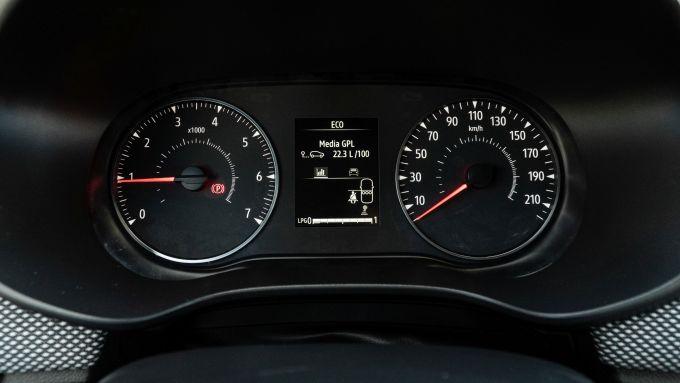 Dacia Sandero Comfort GPL: spartano, ma funzionale il cruscotto
