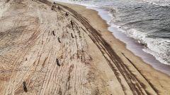 Dakar 2018, vista dall'alto dei piloti in azione sulla spiaggia