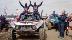 Dakar Auto 2021: i vincitori Stephane Peterhansel ed Edouard Boulanger (Mini)