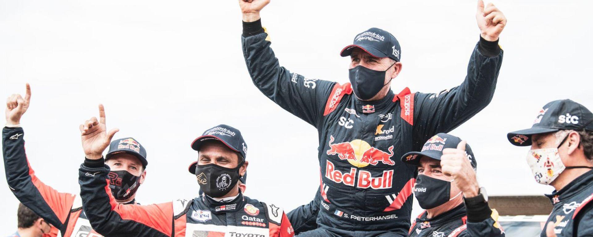 Dakar Auto 2021: il podio con Nasser Al-Attiyah (Toyota), Stephane Peterhansel (Mini) e Carlos Sainz (Mini)