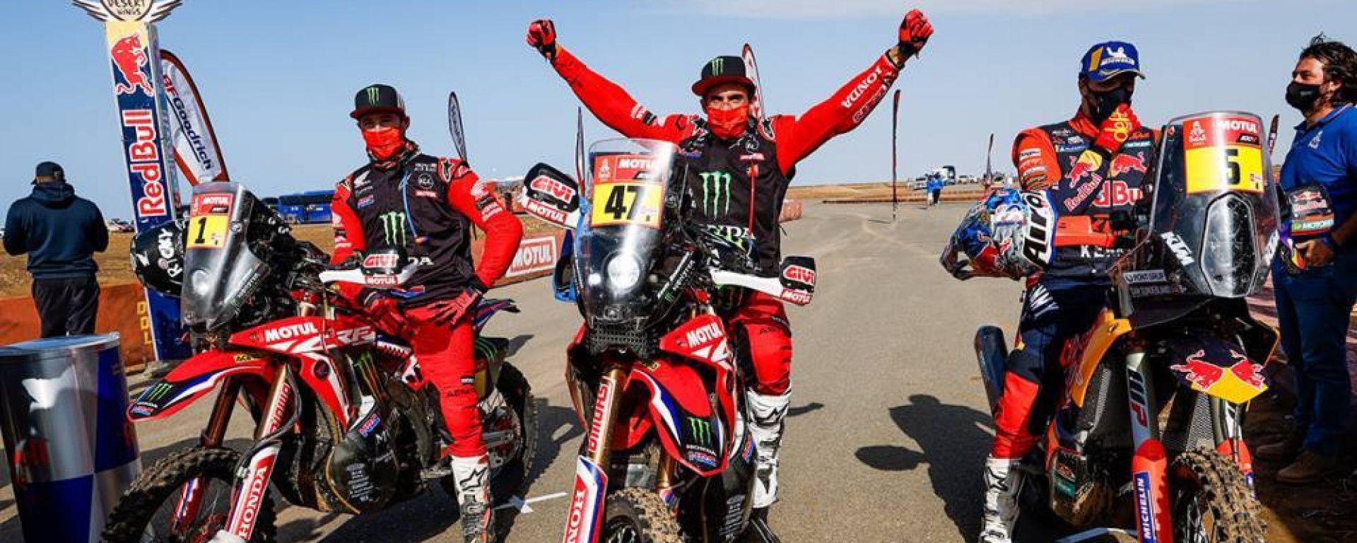 Dakar Moto 2021: il podio finale con Ricky Brabec (Honda), Kevin Benavides (Honda) e Sam Sunderland (KTM)
