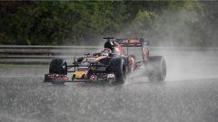 Daniil Kvyat sotto la pioggia torrenziale delle qualifiche nel GP Ungheria
