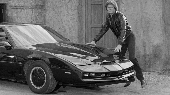 David Hasselhoff con la sua macchina K.I.T.T. in una scena della serie tv