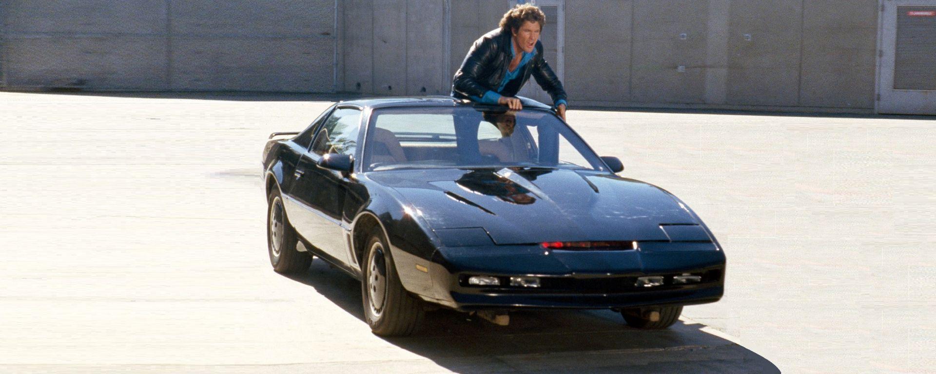 David Hasselhoff/Michael Knight con K.I.T.T. in un fotogramma della serie Supercar