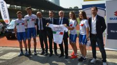 Davide Cassani, ct della Nazionale di ciclismo, insieme ai giovani corridori azzurri e al nuovo sponsor