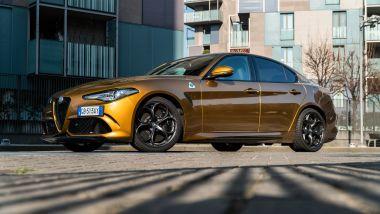 Day by Day Alfa Romeo Giulia Quadrifoglio: il giallo risalta le forme sinuose