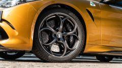 Day by Day Alfa Romeo Giulia Quadrifoglio: un dettaglio della fiancata con il cerchio in lega da 19