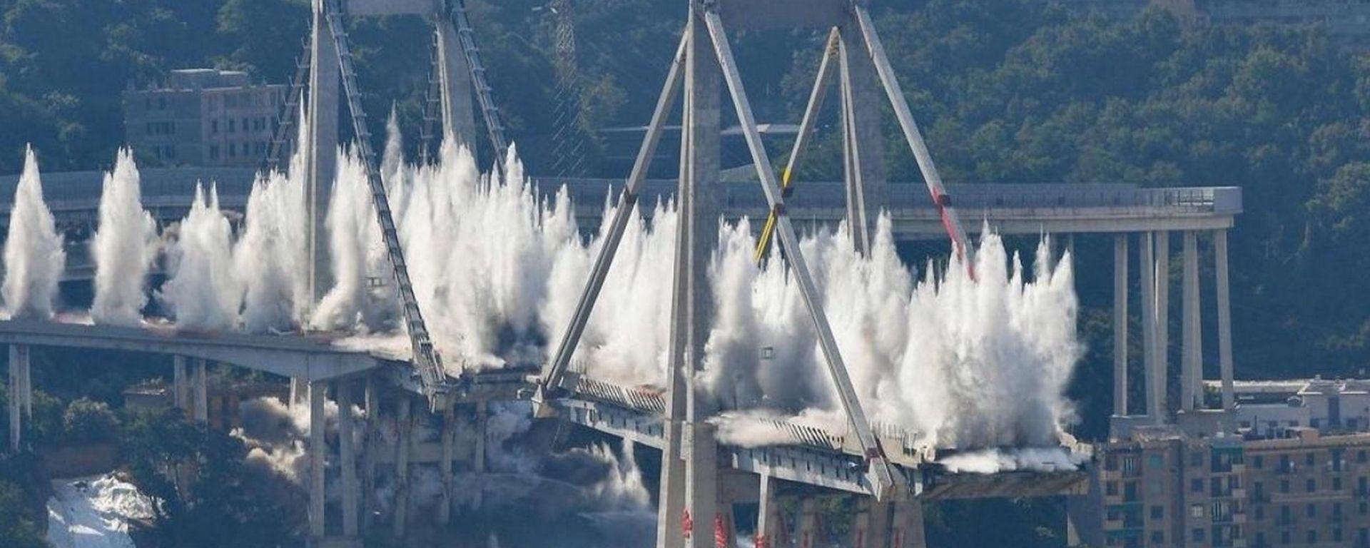 Demolizione Ponte Morandi, il momento dell'esplosione controllata