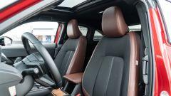 Diesel contro tutti: i sedili anteirori in pelle/tessuto della Mazda MX-30