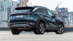 Diesel contro tutti: il 3/4 posteriore della Hyundai Tucson Hybrid evidenzia la personalità del SUV