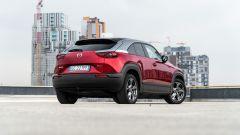 Diesel contro tutti: il 3/4 posteriore della Mazda MX-30