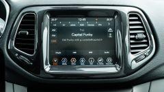 Diesel contro tutti: il display del sistema infotainment della Jeep Compass 4Xe