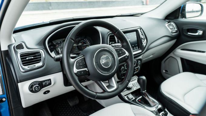 Diesel contro tutti: l'abitacolo della Jeep Compass 4Xe
