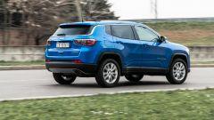 Diesel contro tutti: un passaggio in curva della Jeep Compass 4Xe