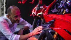 Domenicali osserva le alette aerodinamiche della Ducati Panigale R Lego Technic in scala 1:1