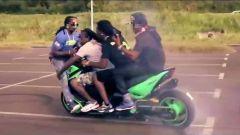 Drift a quattro con lo Yamaha Tmax: fotogramma del video di TMAX FUTURE KIDz