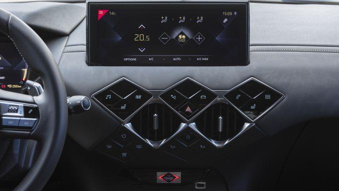 DS 3 Crossback Puretech: il touchscreen da 10,3'' e i comandi a sfioramento della versione Grand Chic