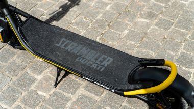 Ducati City Cross-E Black & Yellow: l'ampia pedana per i piedi