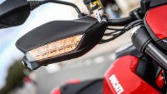 Ducati Hypermotard 950 2019: le frecce a LED sono inserite nei paramani