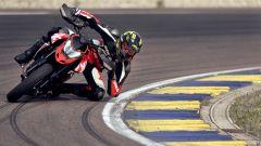 Ducati Hypermotard 950 RVE: piega da gomito a terra