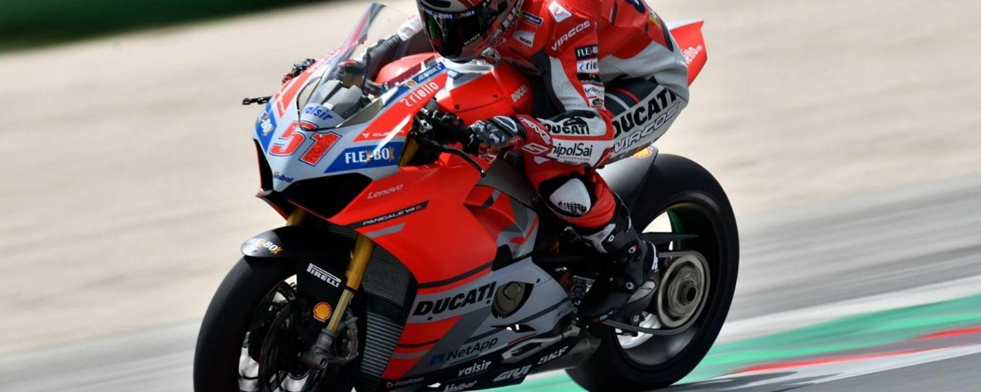 Ducati: la Panigale V4 R a Brands Hatch con Pirro