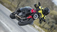 Ducati Monster 2021: la discesa in piega è fulminea