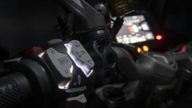 Ducati Multistrada V2 S, i comandi al manubrio sono retroilluminati
