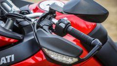 Ducati Multitrada 950: dettaglio del paramani con indicatore di direzione integrato