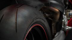 Ducati Panigale V4 S: la gomma posteriore da 200 mm di sezione