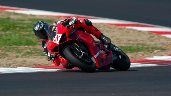 Ducati Panigale V4 S: Luca Salvadori scene in pista a Cremona siglando il record e vincendo nel MES