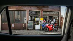Ducati Panigale V4s e Suzuki GSX-R1000R a confronto... dal benzinaio