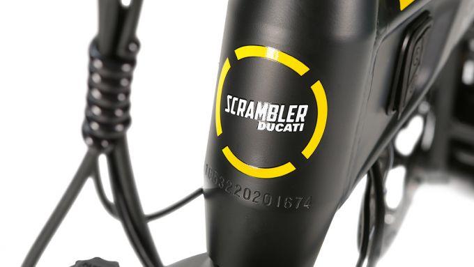Ducati SCR-E Sport: il logo Scrambler sul piantone