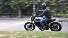 Ducati Scrambler Sixty2 in piega