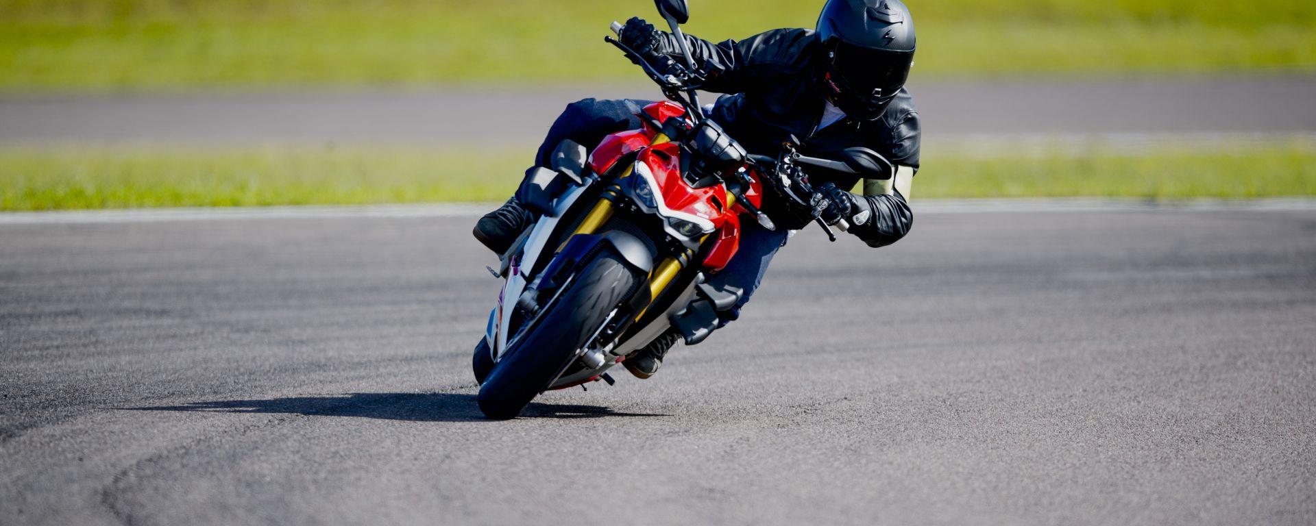 A scuola di guida con la Ducati Streetfighter V4? Facilissimo