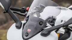 Ducati Supersport S: il parabrezza regolabile è di serie, il colore fumé è opzionale