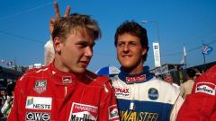 Due giovanissimi Schumacher e Hakkinen scherzano a Macao nel 1990