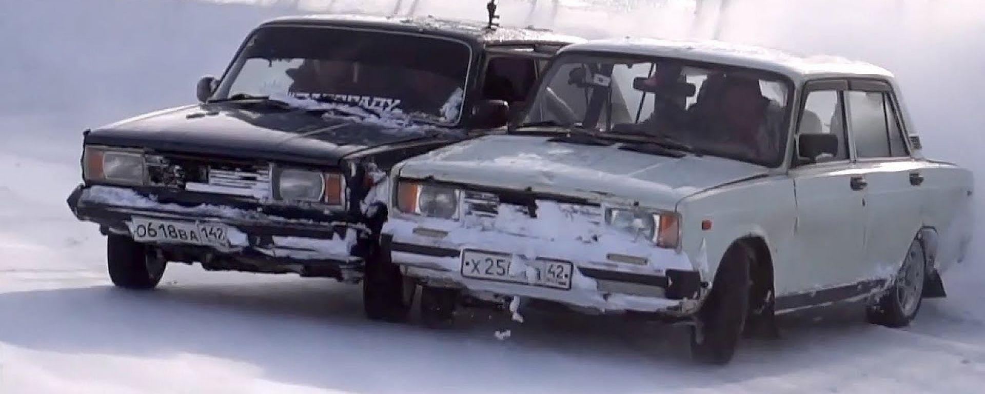 Due Lada saldate tra loro che driftano nella neve: il folle esperimento di Garage 54