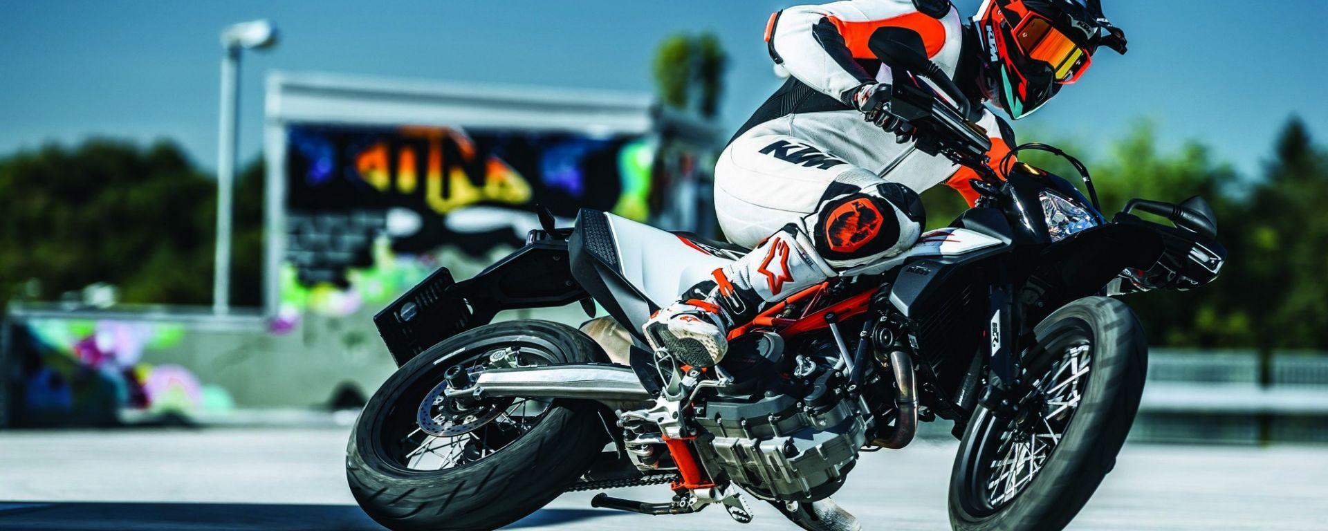 KTM 690 SMC R 2019, a Eicma 2018 torna la supermoto [VIDEO]