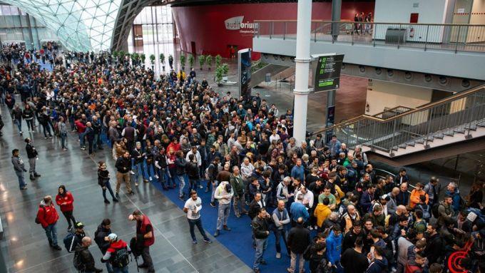 Eicma: la folla degli appassionati agli ingressi