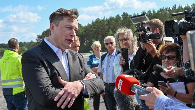 Elon Musk che parla con i giornalisti