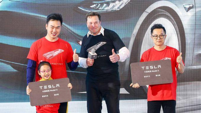 Elon Musk con alcuni fan cinesi