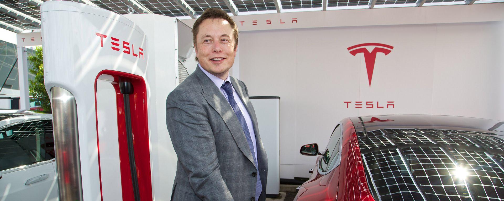 Elon Musk con un caricatore rapido Supercharger