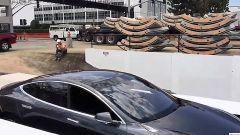 Elon Musk entra nel tunnel di Boring Company con una Tesla Model S - Immagine: 1