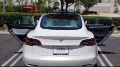 Elon Musk prende sonniferi, Tesla Model 3 venduta con portiere spaiate
