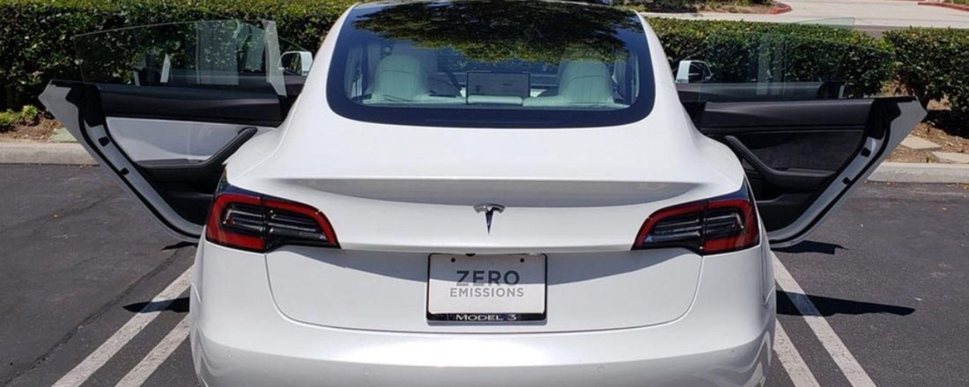 Elon prende sonniferi, Model 3 venduta con portiere spaiate