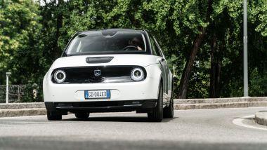 Ernesto Carbone, Honda e: la piccola citycar giapponese in azione per le strade di Milano