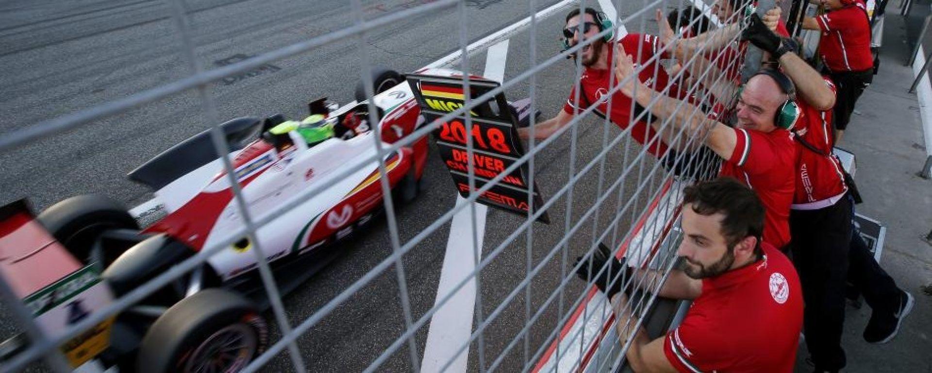 Euro F3, Hockenheim, Mick Schumacher transita sotto il muretto all'ultimo giro di gara-2: è campione!