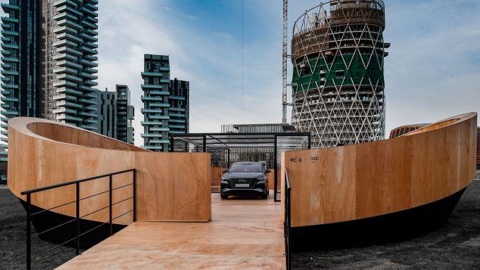 Evento a Milano per la presentazione di Audi Q4 e-tron: l'auto nell'installazione