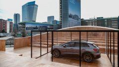 Evento a Milano per la presentazione di Audi Q4 e-tron: l'auto vista da dietro